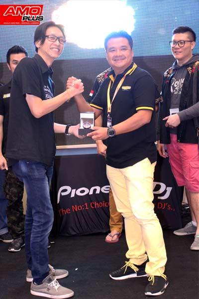 Hadiah Jam tangan Limited Edition dari VENOM AUDIO untuk team SOMESOUND karena telah juara di kelas ultimate EMMA